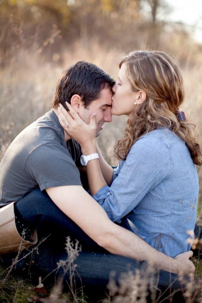 целует женщина