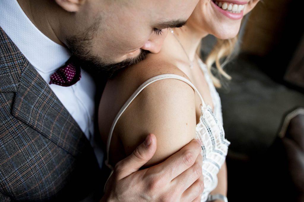Значение поцелуя в плечо